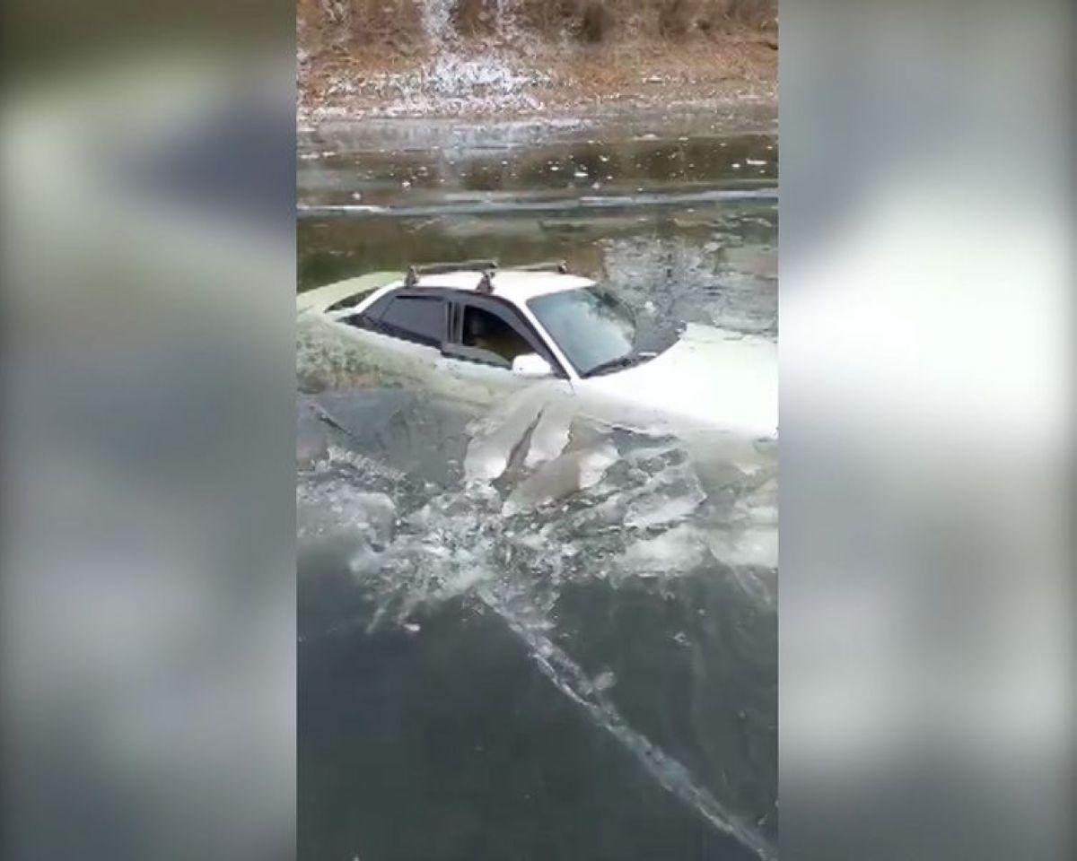 Батыс Қазақстан облысында мұз жарылып, көлік суға батты (видео)