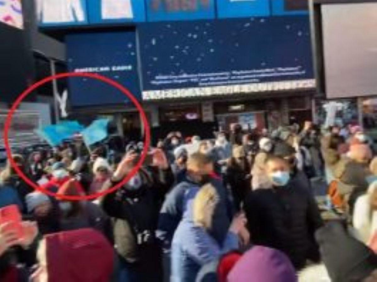 Нью-Йоркте Навальныйды қолдау акциясында Қазақстан туы көтерілді