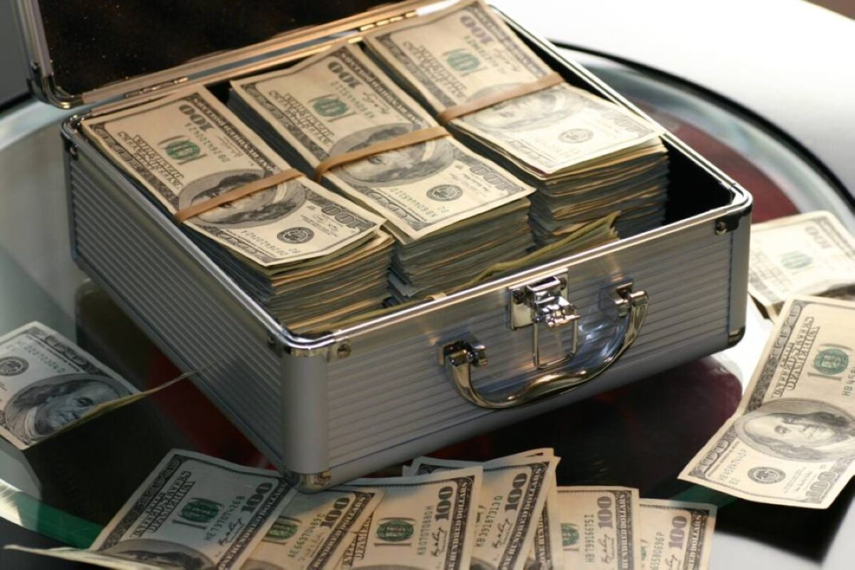 watch hand money business cash bank american currency dollar banking rich casino luck financial savings success finance wealth investment banknote save money dollars making money saving money 613441